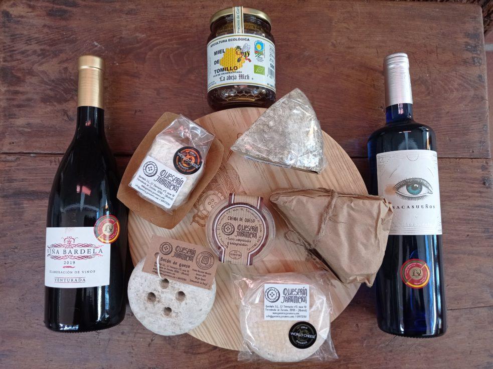cesta productos artesanos para regalar vino miel queso y tabla corte queso