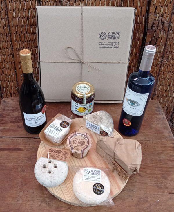 cesta de productos para regalar vino miel queso