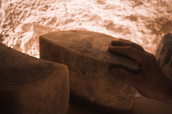 Mito queso de corteza natural afinado en cueva